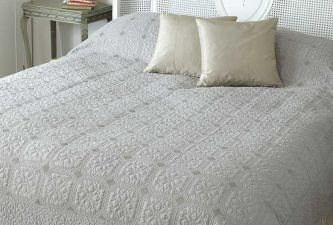 Victoria quilt taupe double